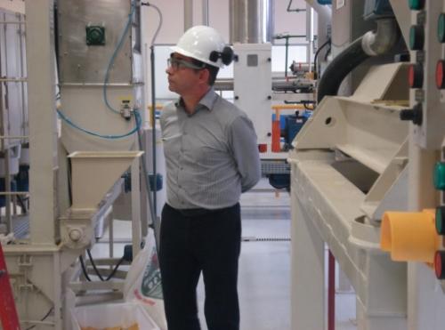 Patrick Pauwelyn observando a planta de alimentos para animais em funcionamento